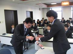 名刺交換の練習、ビジネスマナー講習