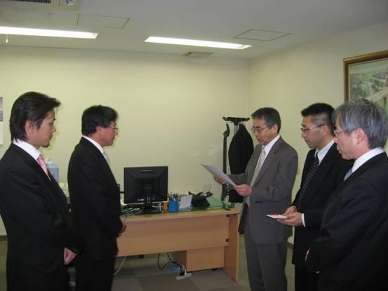 左から西山専務、小井社長、山崎社長様、森田グループ長様、常盤取締役様